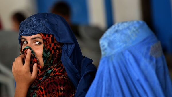 Afghan refugee women wait to board trucks at the United Nations High Commissioner for Refugees (UNHCR) repatriation centre on the outskirts of Peshawar on July 28, 2016, - Sputnik France