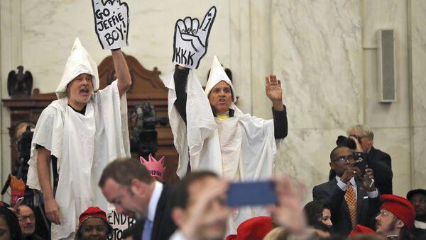 Fake KKK Klansmen Welcome Senator Sessions at Confirmation Hearing - Sputnik France