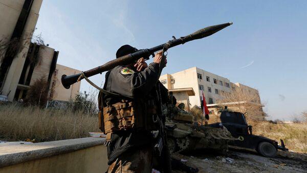 Un soldat irakien tire une roquette près de l'Université de Mossoul - Sputnik France