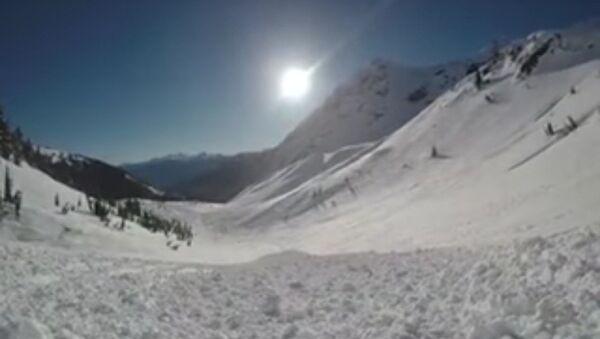Coup de chance: un snowboardeur survit à une avalanche - Sputnik France