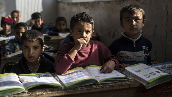 Ученики во время урока в школе поселения для беженцев в населенном пункте Аль-Ком провинции Кунейтра в Сирии - Sputnik France