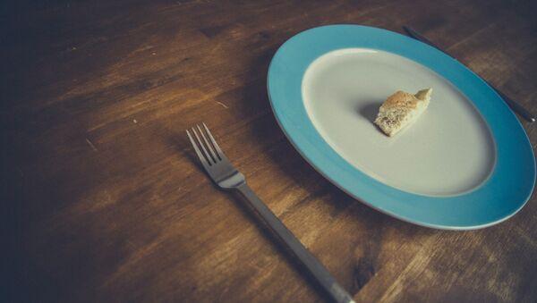 Un plato con un pedazo de pan - Sputnik France