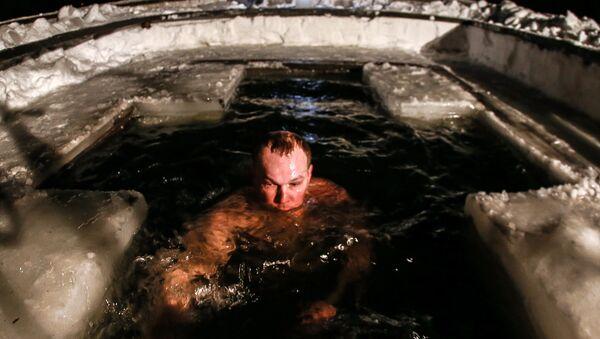 Мужчина во время крещенского купания в купели Иосифо-Волоцкого мужского монастыря в Волоколамском районе Московской области. - Sputnik France