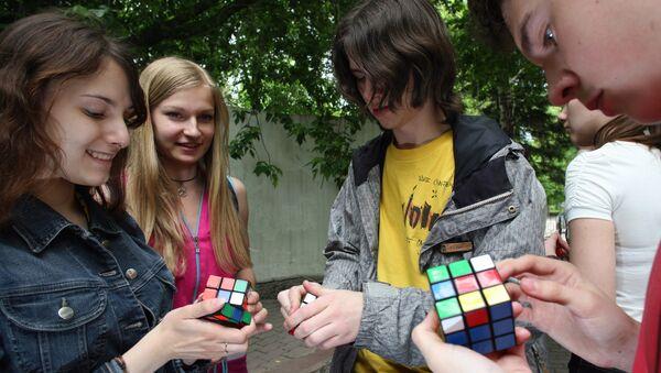 Кубик Рубика- механическая головоломка, изобретенная в 1974 году венгерским скульптором и преподавателем архитектуры Эрне Рубиком. - Sputnik France