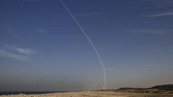 An Arrow 3 ballistic missile interceptor is seen during its test launch near Ashdod December 10, 2015. - Sputnik France