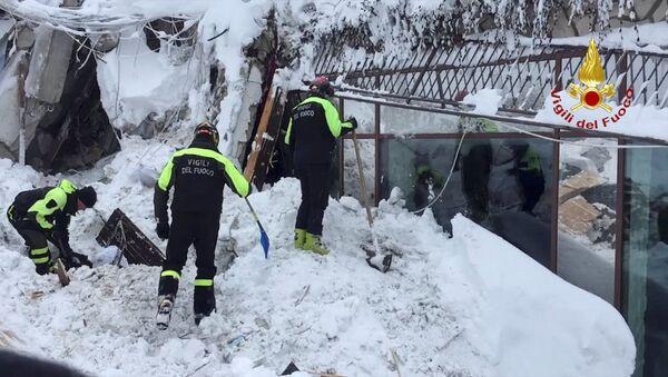 Les secouristes sur pied d'oeuvre à l'hôtel Rigopiano, en Italie centrale - Sputnik France