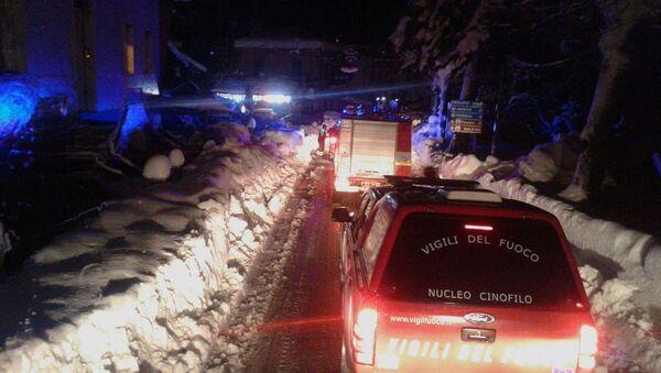 Les pompiers italiens en route vers l'hôtel enseveli sous une avalanche - Sputnik France