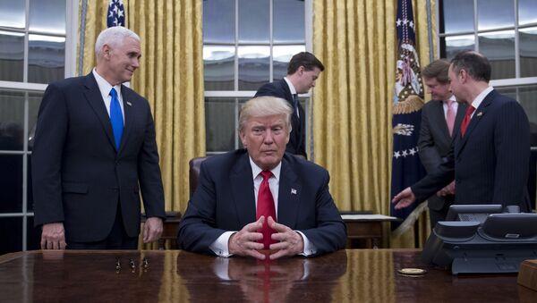 Donald Trump dans le Bureau ovale de la Maison banche - Sputnik France