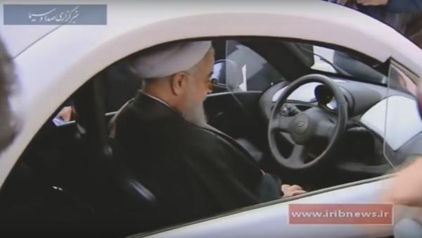 Hassan Rohani au volant d'une voiture électrique de production iranienne - Sputnik France