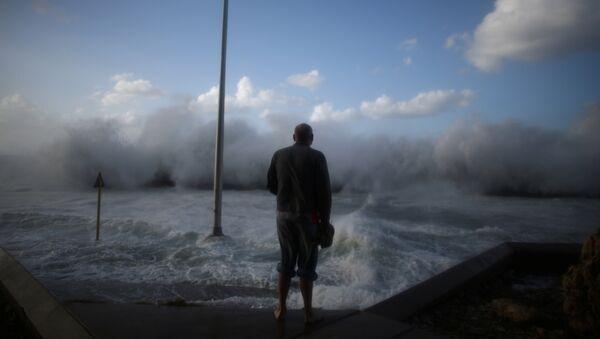 A man watches waves breaking on the Malecon seafront in Havana, Cuba, January 23, 2017 - Sputnik France