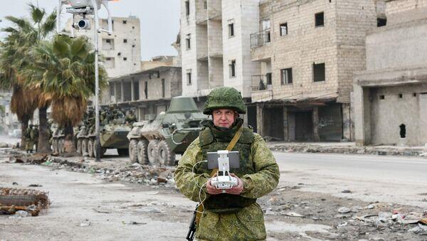 Военный инженер сводного отряда Международного противоминного центра Вооруженных сил РФ во время работы по разминированию восточных районов сирийского города Алеппо. - Sputnik France