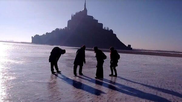 En patins à glace sur la banquise du Mont Saint Michel - Sputnik France