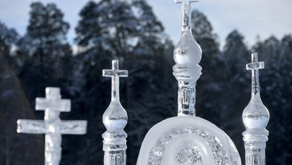 Ледяная скульптура на льду Раифского озера в окрестностях Раифского Богородицкого монастыря в Зеленодольском районе. - Sputnik France