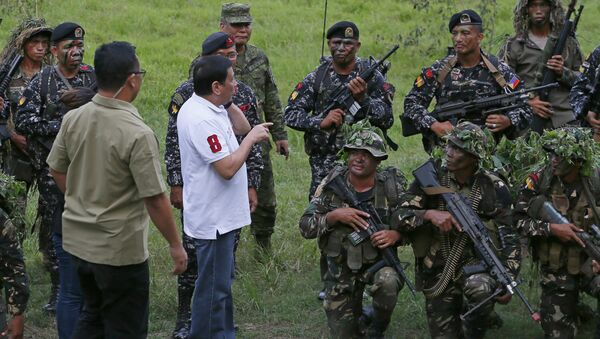 Philippine President Rodrigo Duterte talks to the Philippine Army Scout Rangers at their headquarters at Camp Tecson in San Miguel township, north of Manila, Philippines Thursday, Sept. 15, 2016 - Sputnik France