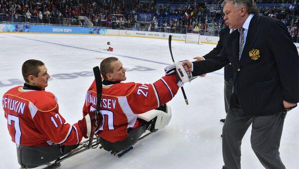 Des sportifs paralympiques russes et leur entraîneur - Sputnik France