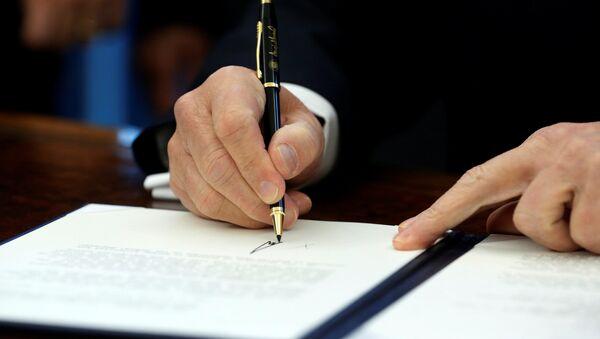 Le président américain signe le document - Sputnik France