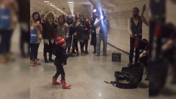 Une fillette d'Istanbul improvise devant des musiciens de la rue - Sputnik France