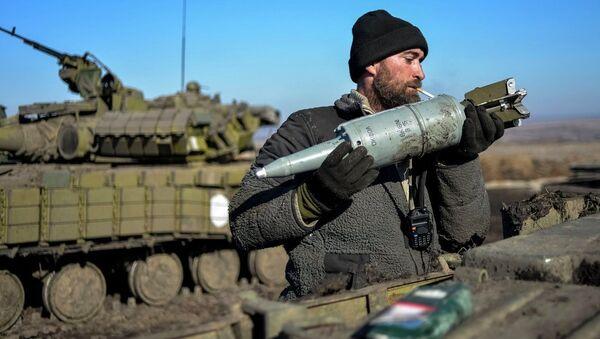Un militaire ukrainien charge des munitions dans un char dans le Donbass - Sputnik France