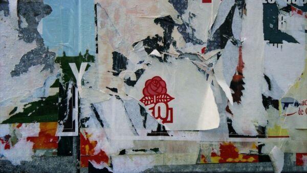 Affiches électorales déchirées, dont il reste la rose, logo du parti socialiste. - Sputnik France