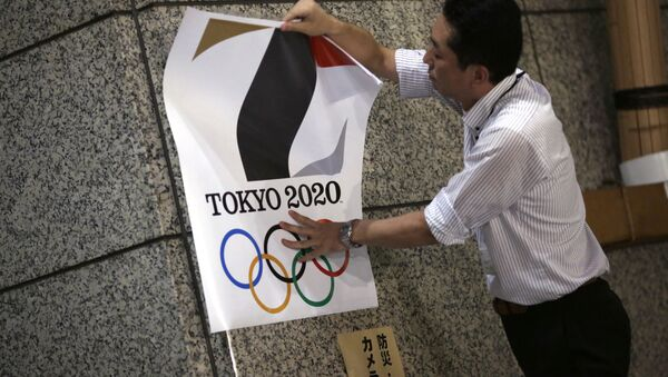 The poster with a logo of Tokyo Olympic Games 2020 is removed from the wall by a worker during an event staged for photographers at the Tokyo Metropolitan Government building in Tokyo Tuesday, Sept. 1, 2015 - Sputnik France
