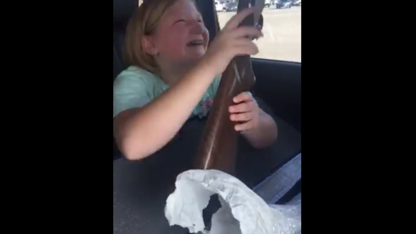 Une petite américaine pleure de joie après avoir reçu un cadeau, son premier fusil (vidéo) - Sputnik France
