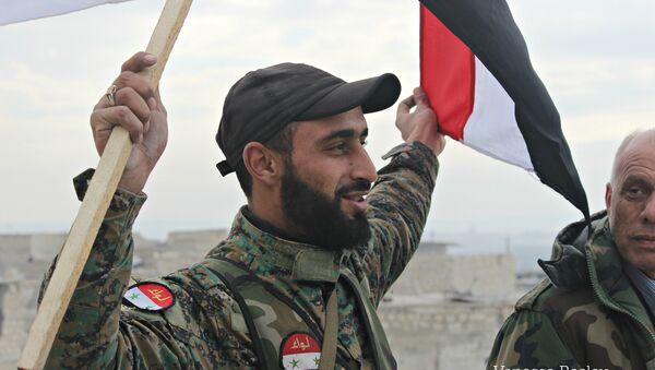 Un soldat de l'armée syrienne célèbre la libération d'un quartier - Sputnik France