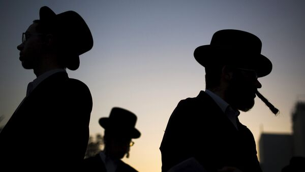 Ultra-Orthodox Jews pray during a protest against a shopping centre which opens on Saturdays - Sputnik France