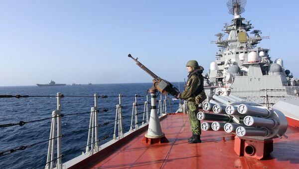 Un militaire sur le pont du croiseur nucléairelance-missiles Pierre le Grand dans l'océan Atlantique - Sputnik France