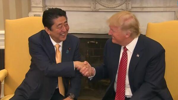 Une poignée de main entre Donald Trump et Shinzo Abe - Sputnik France