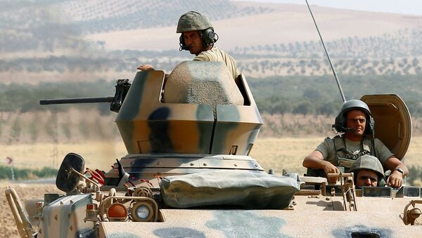 Turkish soldiers on an armoured personnel carrier escort a military convoy on a main road in Karkamis on the Turkish-Syrian border in the southeastern Gaziantep province, Turkey, August 26, 2016. - Sputnik France