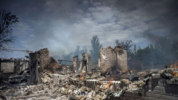 Дом, разрушенный во время авиационного удара вооруженных сил Украины по станице Луганская - Sputnik France