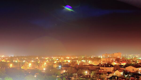 Un OVNI survole une ville - Sputnik France