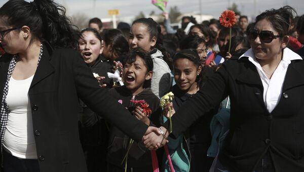 Des Mexicains forment un «mur vivant» à la frontière US - Sputnik France