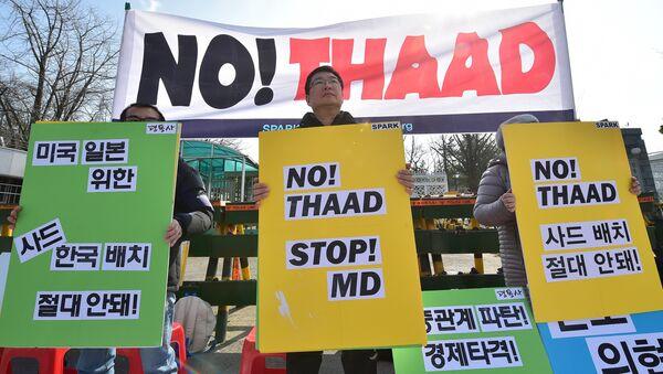 Les militants anti-guerres tiennent des pancartes lors d'un rassemblement contre les pourparlers sur le déploiement du système antimissile américain, THAAD, près du ministère sud-coréen de la défense à Séoul le 4 mars 2016 - Sputnik France
