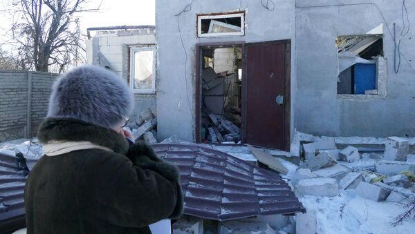 A woman by a house damaged by the shelling of the Ukrainian army in Makeevka, Donetsk Region - Sputnik France