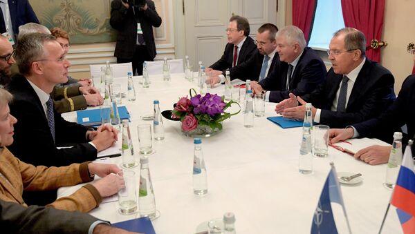 Le ministre russe des Affaires étrangères Lavrov, à droite, et le secrétaire général de l'Otan, Jens Stoltenberg, à gauche, lors de leur réunion à la 53e Conférence de Munich sur la sécurité - Sputnik France
