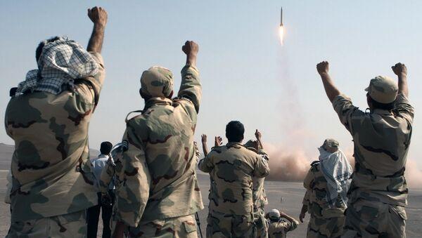 Des tirs de missiles lors de manœuvres des Gardiens de la révolution dans les régions centrales de l'Iran - Sputnik France