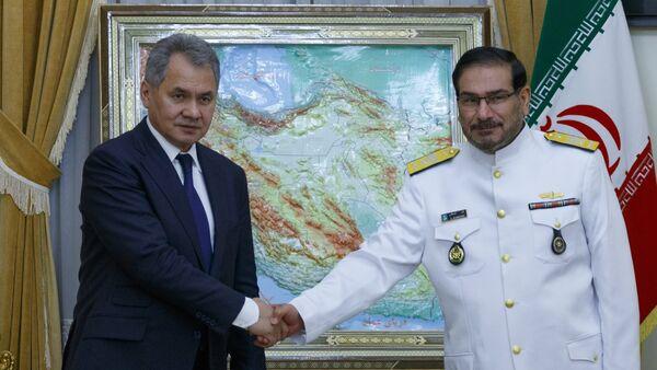 Russlands Verteidigungsminister Sergej Schojgu und der Vorsitzende des Nationalen Sicherheitsrates des Iran, Ali Schamchani - Sputnik France