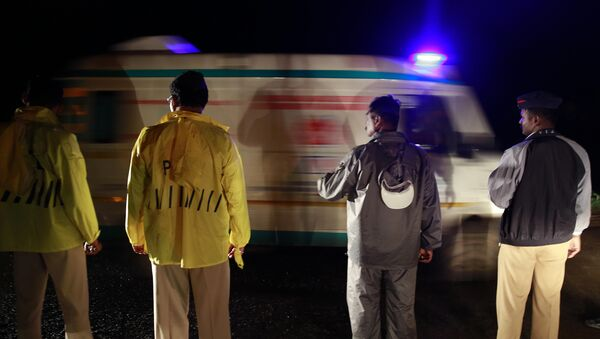 Policemen allow an ambulance to pass through at a road block in Ghodegaon village, some 35 kilometers (22 miles) from Malin village, in the western Indian state of Maharashtra, Wednesday, July 30, 2014. - Sputnik France