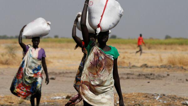 Women carry sacks of food in Nimini village, Unity State, northern South Sudan, February 8, 2017 - Sputnik France