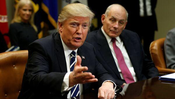 Le président US Donadl Trump et le secrétaire à la Sécurité intérieure John Kelly - Sputnik France