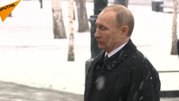 Vladimir Poutine dépose des fleurs sur la tombe du Soldat inconnu - Sputnik France