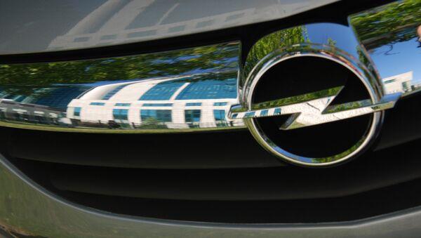 Логотип марки Opel на автомобиле, в котором отражается здание центрального офиса Сбербанка. - Sputnik France