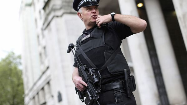 An armed police officer speaks on his radio as he patrols near the Ministry of Defence in London, Britain May 11, 2016 - Sputnik France