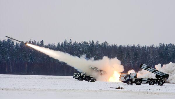 Des lances-roquettes multiples BM-30 Smerch effectuent des tirs lors des exercices militaires - Sputnik France