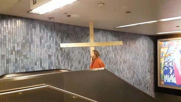 Jesus' gets his cross stuck in the Metro ceiling on his way to German carnival - Sputnik France