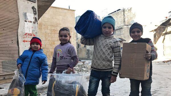 Vêtements, médicaments, bouteilles de l'eau… encore 6 t d'aide humanitaire russe en Syrie - Sputnik France