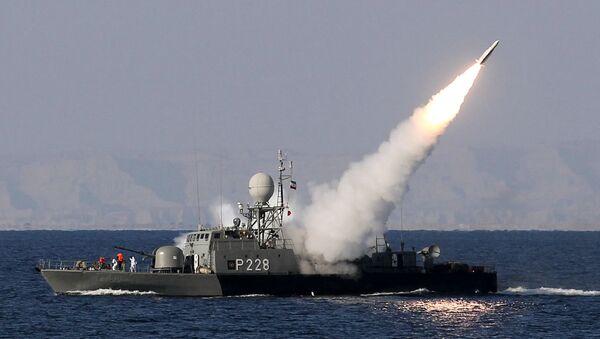 La marine iranienne tire un missile Mehrab pendant les jeux de guerre navals Velayat-90 dans le détroit d'Ormuz dans le sud de l'Iran (fichier) - Sputnik France