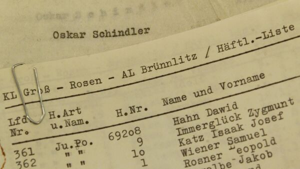 The Stuttgarter Zeitung exhibits on Friday, October 15, 1999, in Stuttgart, Germany, what they claim are the documents of Oskar Schindler. The photo shows the alleged original list of 1,200 Jewish concentration camp prisoners whom he employed in his factory The newspaper claims a German couple found the list among a suitcase full of Schindler's papers that deal primarily with his life after World War II, which they donated to the newspaper. - Sputnik France