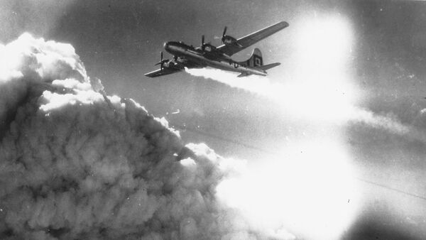 In flight over the Japanese city of Kobe, a U.S. Army Air Forces B-29 Superfortress trails smoke and fire, on July 17, 1945. - Sputnik France